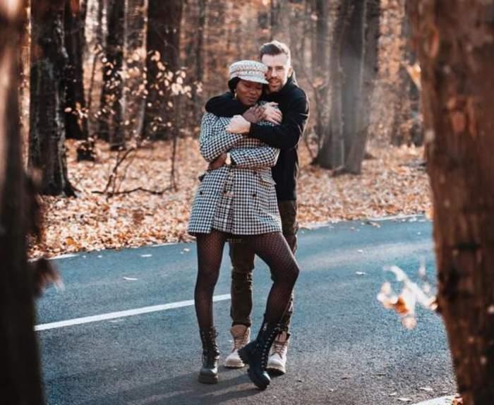 Naomi și Florin Ristei în pădure
