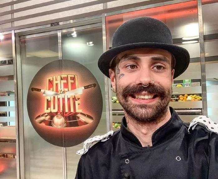 Kani se află la Chefi la Cuțite. Concurentul poartă uniformă neagră de bucătar și o pălărie în aceeași nuanță.