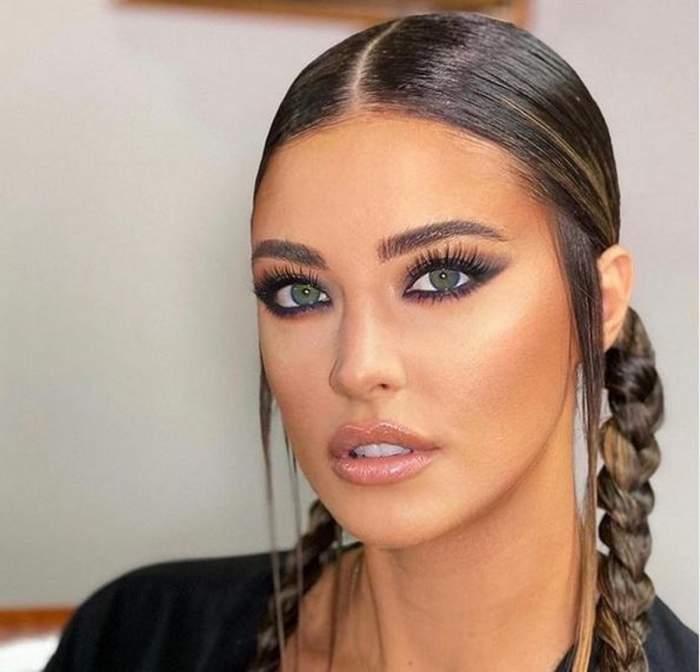 Antonia poartă un tricou negru. Iubita lui Alex Velea are părul prins în două codițe împletite și e machiată cu nuanțe de negru la ochi.