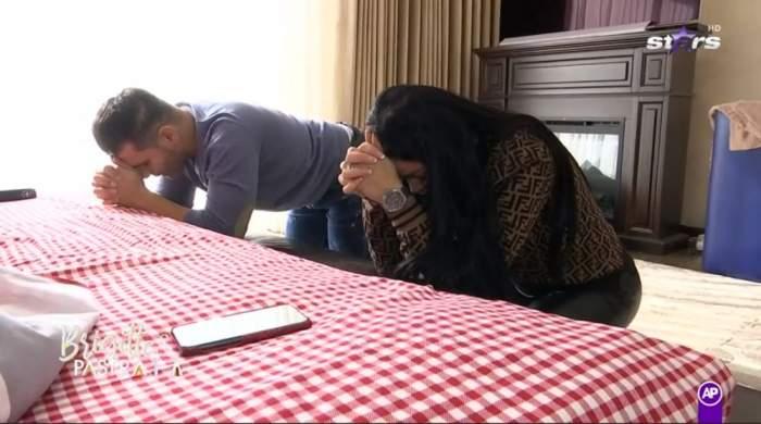 Brigite si Florin Pastrama sunt in genunchi la marginea patului si se roaga