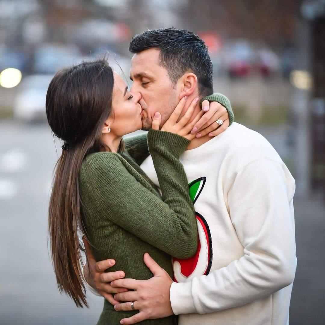 Denisa Hodisan si Flick se saruta pe strada, ea poarta o bluza verde, el un plover alb