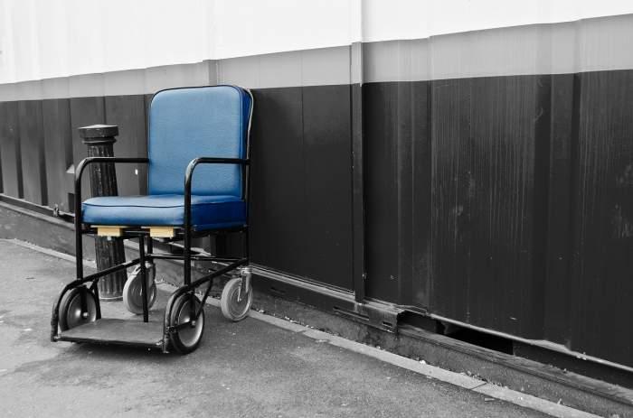 Situaţie revoltătoare la Spitalul de Urgenţă Craiova. Cu ce au fost înlocuite scaunele cu rotile FOTO
