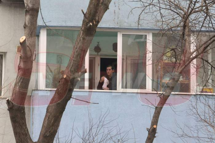 Ce se întâmplă acum în casa Cruduţei! De trei zile zace la pat! Tatăl ei, surprins de paparazzii Spynews.ro în timp ce îi aruncă pe geam compresele