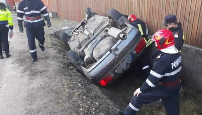 O fetiţă de 8 ani, grav rănită, după ce maşina în care se afla s-a răsturnat