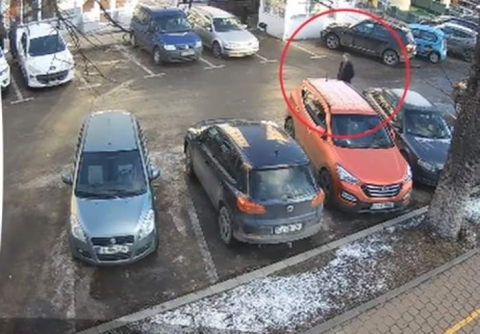 Imagini halucinante în Suceava! Un bărbat a fost filmat în timp ce se plimba cu o pușcă pe stradă / VIDEO