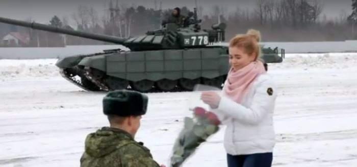 FOTO / Cerere de căsătorie spectaculoasă! Un bărbat din Rusia a aranjat 16 tancuri în formă de inimă pentru iubita sa. Cum arată capodopera amorezului