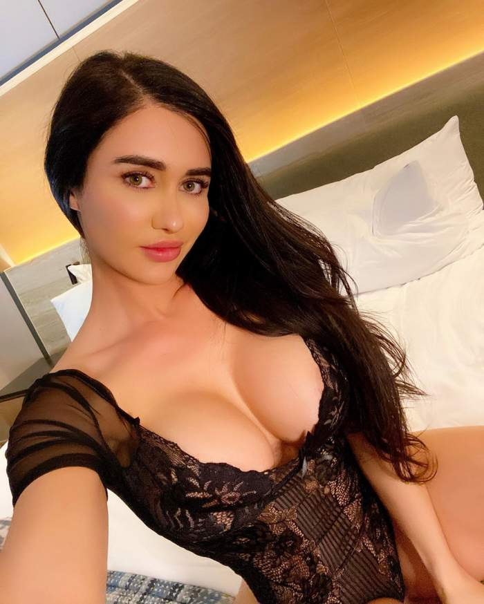 Care-i mai bombat: posteriorul sau pieptul? Sexy-bruneta face ravagii cu pozele ei indecente!