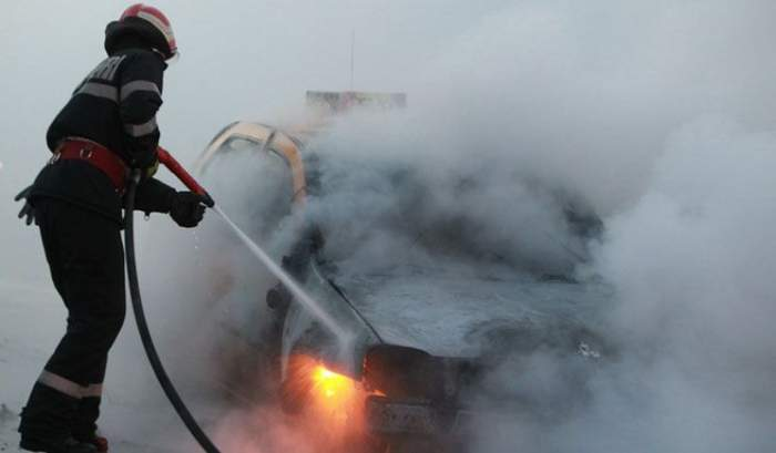 Clipe de groază în Galaţi! O mama şi fiul ei au ajuns în stare gravă la spital, după ce maşina în care erau a luat foc