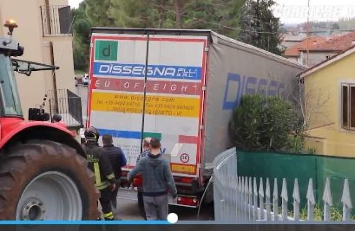 VIDEO / GPS-ul l-a blocat. Un şofer român de TIR, pus la mare încercare pe o stradă îngustă din Italia