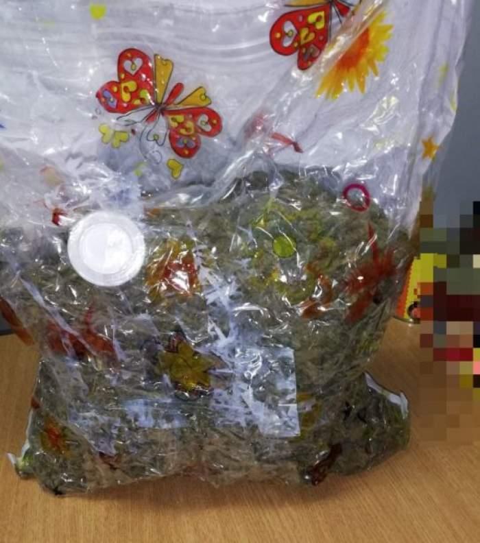 Un român de 52 de ani a fost arestat, după ce a primit un colet cu 3 kg de cannabis din Spania