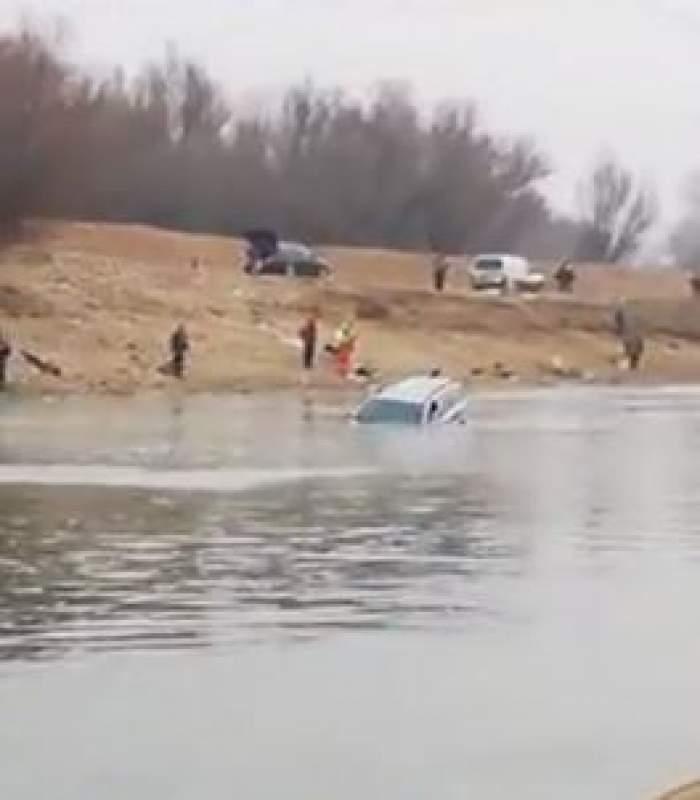 O maşină în care se afla un copil şi bunicul acestuia a căzut în lacul Siutghiol. Pompierii intervin de urgenţă