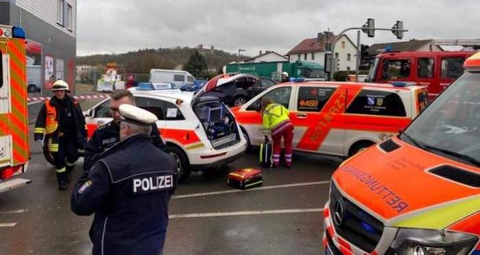 Atac terorist sau accident? Un bărbat a intrat cu maşina într-un grup de persoane prezente la un carnaval din Germania şi a rănit peste 50 de persoane, inclusiv copii