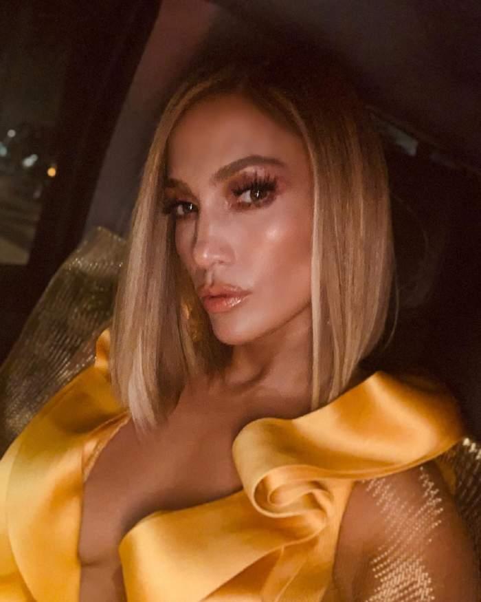 FOTO / Jennifer Lopez, naturală din cap până în picioare. Cântăreaţa a renunţat la machiaj şi perucă
