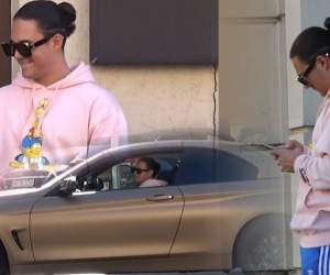 """VIDEO PAPARAZZI / Mario Fresh, tuns, frezat și aranjat, dar de mașină a uitat. Cum și-a lăsat """"fiul"""" lui Alex Velea bolidul de lux în mijlocul străzii"""