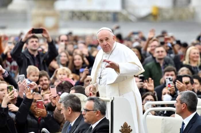 Papa Francisc, bolnav după ce a atins un grup de credincioşi