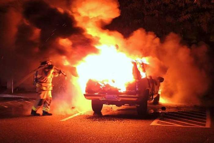 Răzbunare în stil mafiot! Un bucureştean a dat foc maşinii de lux a unui samsar de piese auto din Buzău