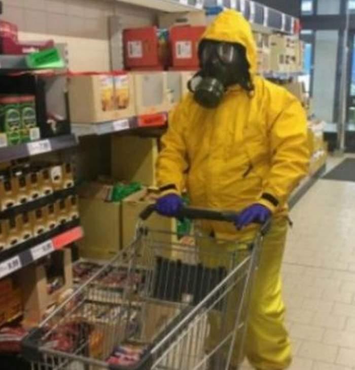 Un bărbat din Cluj a mers la cumpărături cu o mască de gaze pe față. Motivul invocat este incredibil / VIDEO