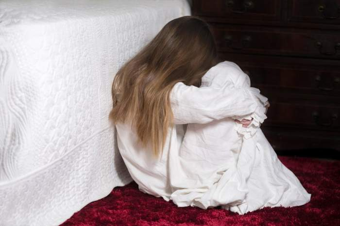Revoltător! O femeie s-a căsătorit cu violatorul fiicei sale, pe care a acuzat-o că a mințit și a dat-o afară din casă