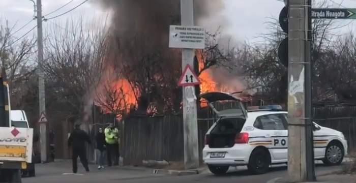 VIDEO / Intervenție periculoasă în Capitală. Doi bătrani și cățelul lor au fost salvați din ghearele focului de către polițiști. Casa lor a ars în totalitate