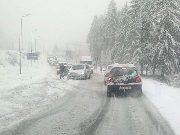 Iarna şi-a intrat cu adevărat în drepturi. Care sunt drumurile deja blocate de zăpezi