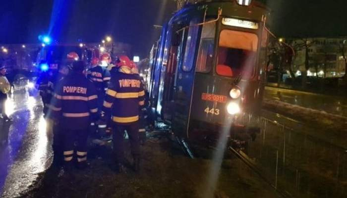 Un vatman din Iași nu a văzut un om în stație și a trecut cu tramvaiul peste el. Bărbatul a murit pe loc