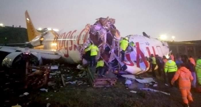 Un avion s-a rupt în bucăţi pe pista aeroportului! Aparatul de zbor transporta 177 de pasageri / LIVE VIDEO