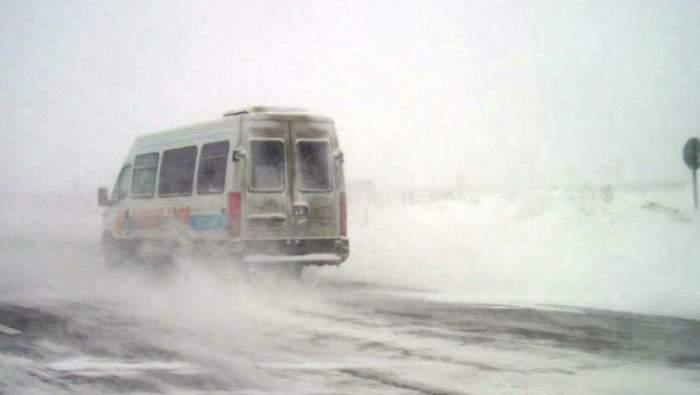Ialomiţa, sub nămeţi! Un microbuz şi 20 de maşini, blocate în zăpadă