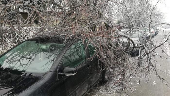 Iadul alb s-a dezlănţuit şi în Bucureşti! Zeci de maşini avariate şi acoperişuri smulse