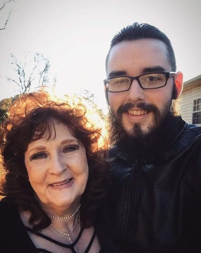 O femeie de 73 de ani se iubeşte cu un bărbat cu 53 de ani mai mic decât ea. Tânărul, îndrăgostit lulea de cea care ar fi putut să-i fie bunică