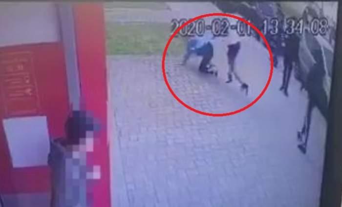 Imagini revoltătoare în Mangalia! Un copil de 13 ani a fost bătut cu bestialitate de alți doi minori și lăsat să agonizeze pe stradă / VIDEO