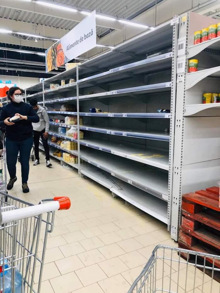Românii au dat năvală în magazine. De teama coronavirusului, rafturile s-au golit / FOTO