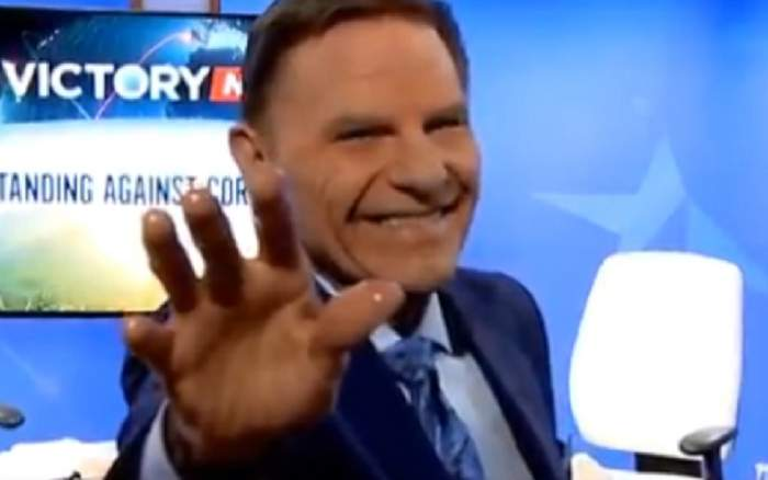 """Un bărbat susține că poate vindecă bolnavii de coronavirus prin TV: """"Pune mâna pe televizor. Aleluia"""""""