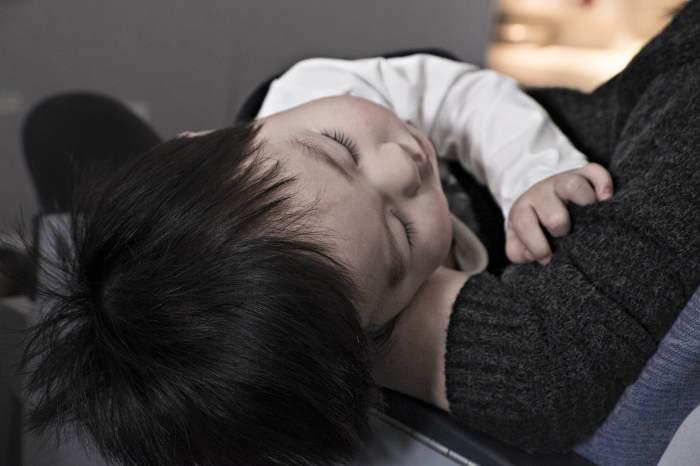 Caz șocant în Suceava! Un copil de un an și o lună plimbat prin trei spitale, după ce a înghițit o bucată de lemn