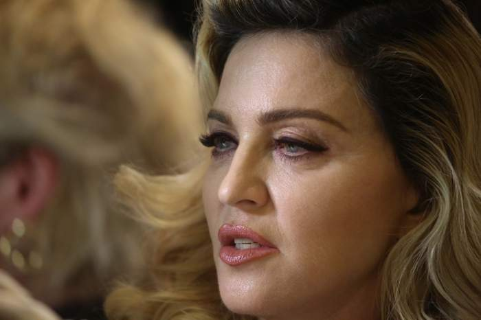 Madonna și-a mai anulat un spectacol, după ce a căzut din scaun, pe scenă. Mesajul transmis fanilor