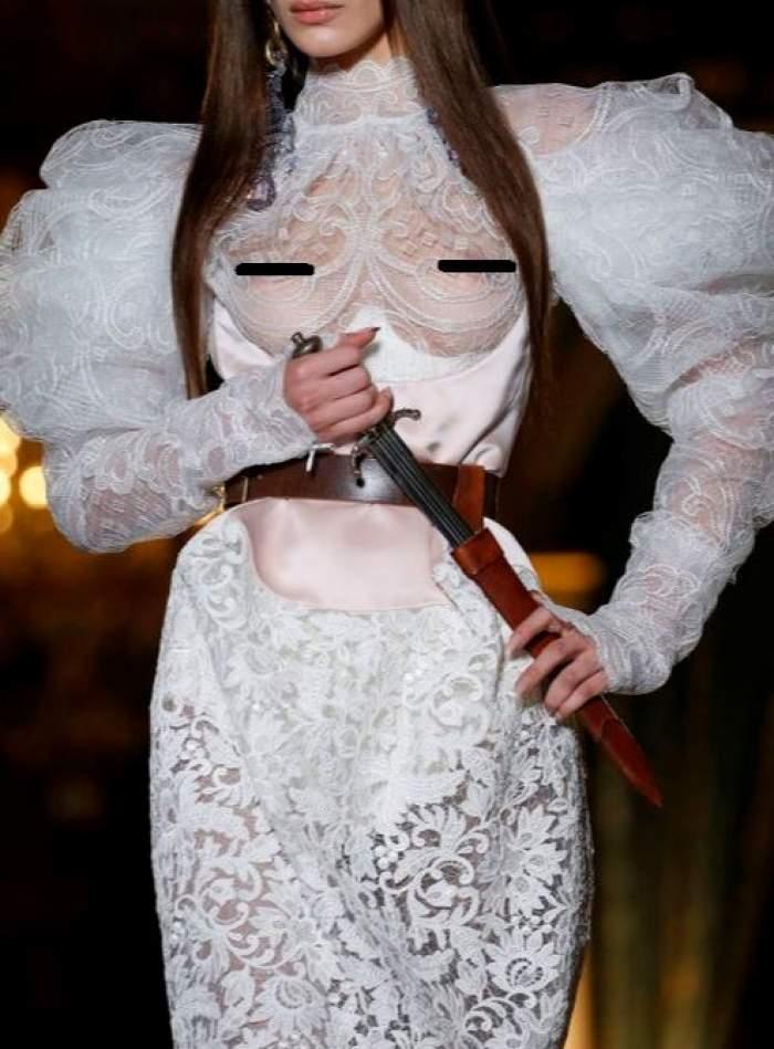 FOTO / Uncunoscut model a apărut cu sânii goi la Săptămâna Modei de la Paris! Publicul a rămas cu gura căscată