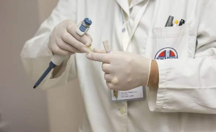 O doctoriță româncă s-a aruncat în gol de la balcon, după ce s-a întors din Franța și a fost testată pentru Covid-19