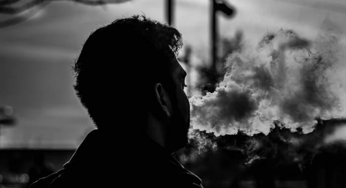 Specialiștii avertizează: vaporii țigărilor electronice pot transmite noul coronavirus