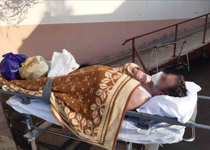 Bărbat din Neamț infectat cu coronavirus, trimis de două ori acasă. A treia oară a fost lăsat afară, pe targă, în maiou