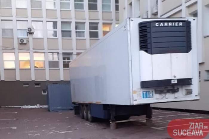 FOTO / Imagini tulburătoare! Remorcă frigorifică transformată în morgă în curtea Spitalului Județean Suceava