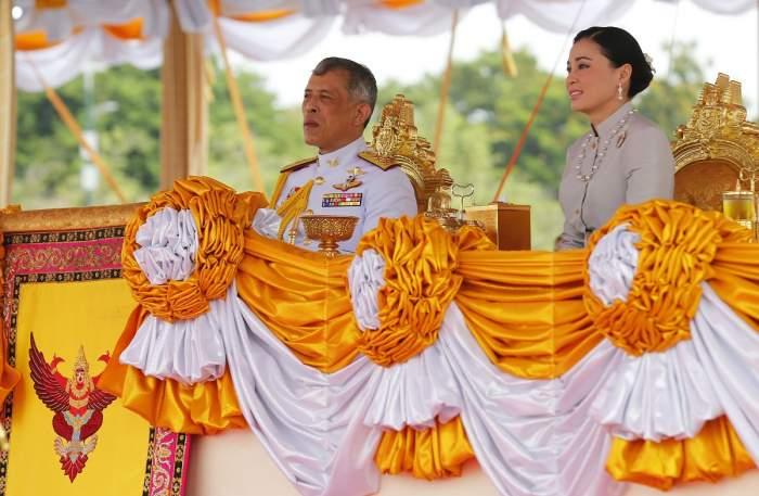 Pe el îl lovește altfel pandemia. Regele Thailandei a închiriat un hotel și s-a izolat alături de 20 de femei