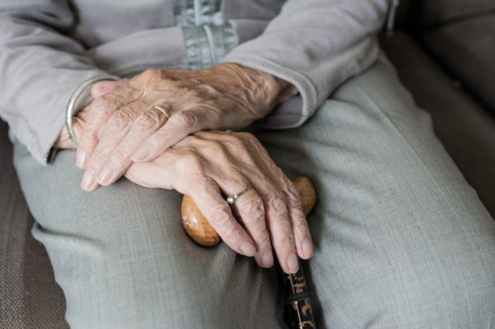 Ministrul de Interne: Bătrânii se vor putea deplasa pentru tratament şi în afara intervalului 11-13