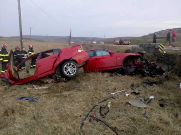 Inconştienţă maximă! Un şofer a intrat cu maşina într-un cap de pod. Autoturismul s-a rupt în două