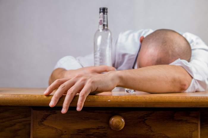Studiu: carantinarea duce la consum ridicat de alcool. Cum ne putem apăra de dușmanii nevăzuți din această perioadă