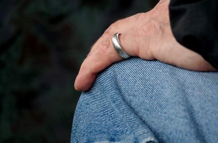 Şocant! I s-a blocat inelul pe deget, iar familia a chemat echipa de descarcerare!Ce s-a întâmplat după