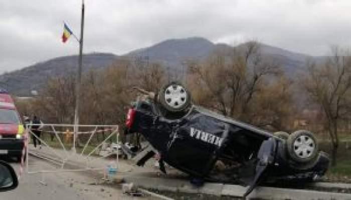 Mașina Jandarmeriei, răsturnată în sanț, la Sălaj. Un bolid a tăiat calea autospecialei