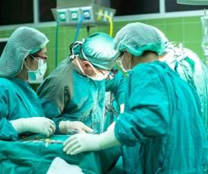 O asistentă din Reșița a murit după ce a căzut de la etaj. De teamă că ar fi infectată cu virusul COVID-19, a fost pusă să aștepte în cortul de triaj