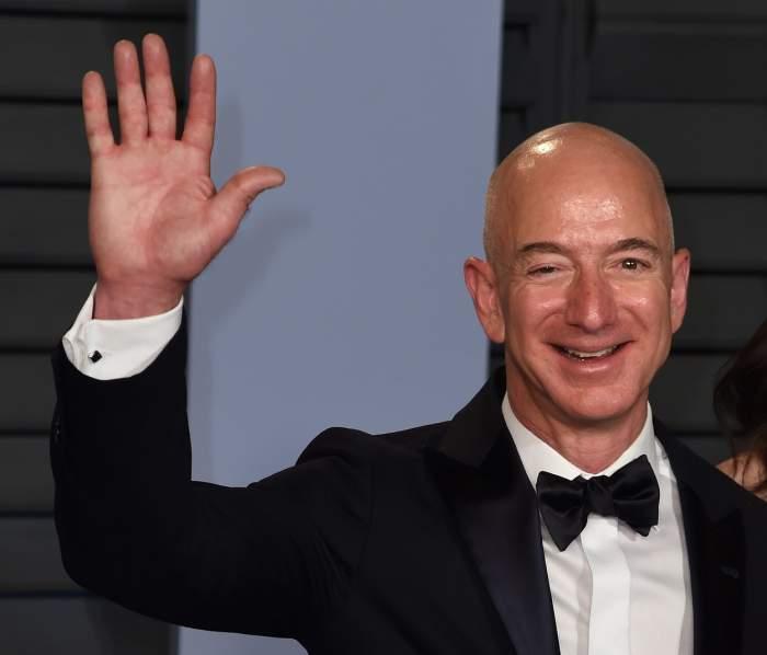 """Cel mai bogat om din lume este și mai bogat! Jeff Bezos ar putea deveni primul """"trilionar"""" al planetei. Averea lui este incredibilă!"""