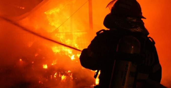 Incendiu puternic în Prahova! O cisternă plină cu carburanți a luat foc. Pompierii au intervenit de urgență