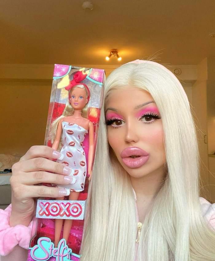 """Din cauza pandemiei, o tânără """"Barbie"""" a învățat să își mărească singură buzele! Incredibil cum arăta acum 5 ani / FOTO"""