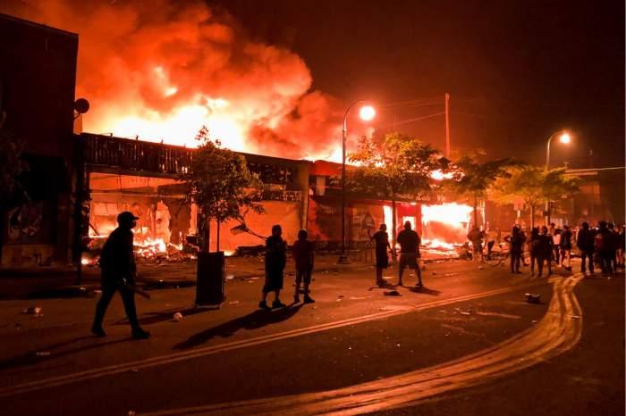 Reporter CNN, arestat în direct la protestele din Minneapolis. Imagini șocante cu orașul, distrus și în flăcări / VIDEO